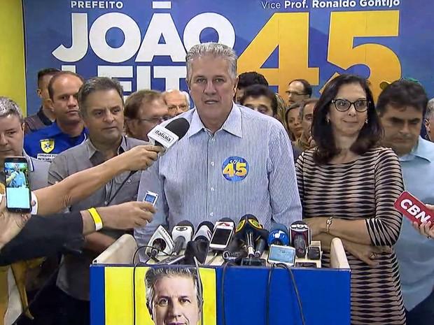 João Leite (PSDB) fala após derrota nas urnas em BH ao lado dos senadores Aécio Neves e Antônio Anastasia (Foto: Reprodução/TV Globo)