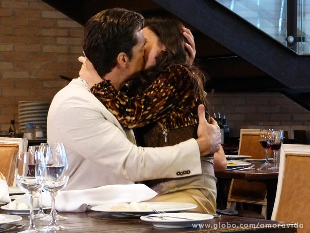 Beijo apaixonado do casal (Foto: Amor à Vida/ TV Globo)