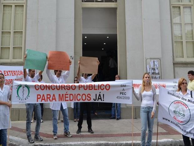 Médicos protestam na porta da Câmara de Vereadores  (Foto: Marina Fontenele/G1)