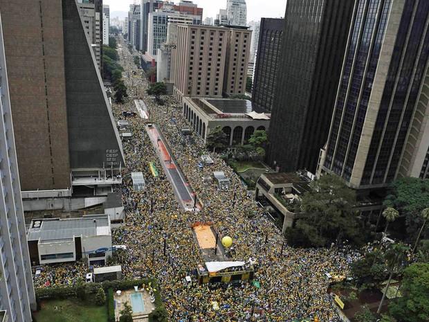 Multidão ocupa a Avenida Paulista em protesto contra a corrupção e o governo, em São Paulo (Foto: Nacho Doce/Reuters)