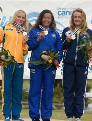 Ana Sátila (ao centro) exibe sua medalha de ouro (Foto: Assessoria/CBCa)
