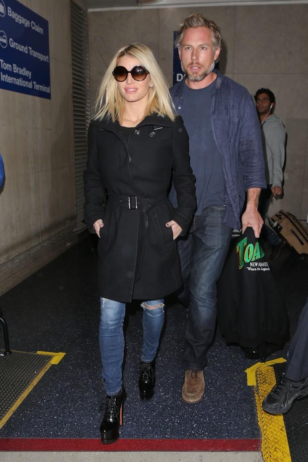 X17 - Jessica Simpson e o marido, Eric Johnson, em aeroporto de Los Angeles, nos Estados Unidos (Foto: X17online/ Agência)