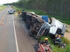 Carreta bitrem tomba e condutor fica ferido em rodovia de MS