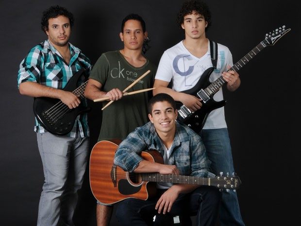 Douglas Sampaio e os integrantes da banda D'Trix (Foto: Drica Donato / Tv Globo)