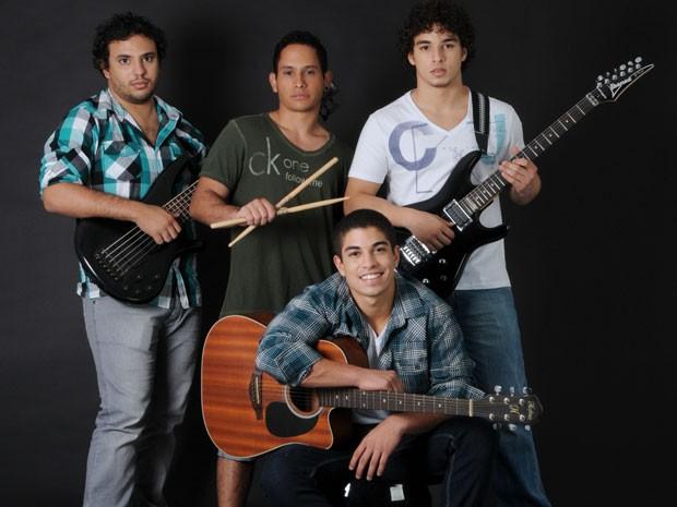 Douglas Sampaio e os integrantes da banda D'Trix (Foto: Drica Donato / Tv Globo)