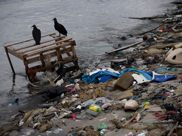 Margens da Baía de Guanabara são repletas dos mais variados tipos de materiais que são descartados indevidamente no mar e no esgoto (Foto: AP Photo / Silvia Izquierdo)