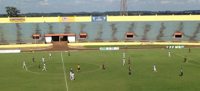 Lance entre Sete de Dourados e Ubiratan no Douradão (Foto: Dyego Queiroz/TV Morena)