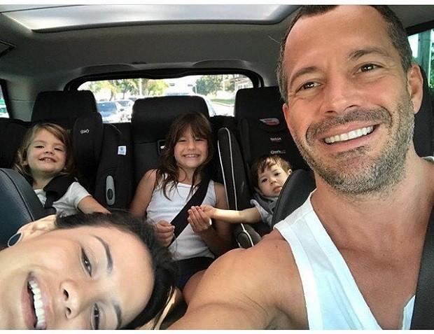 Malvino Salvador reúne as filhas em passeio com a mulher, Kyra Gracie
