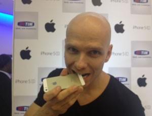 O nadador fernando Scherer, o Xuxa, brincando com o novo iPhone 5S dourado como uma medalha. (Foto: Helton Gomes/G1)