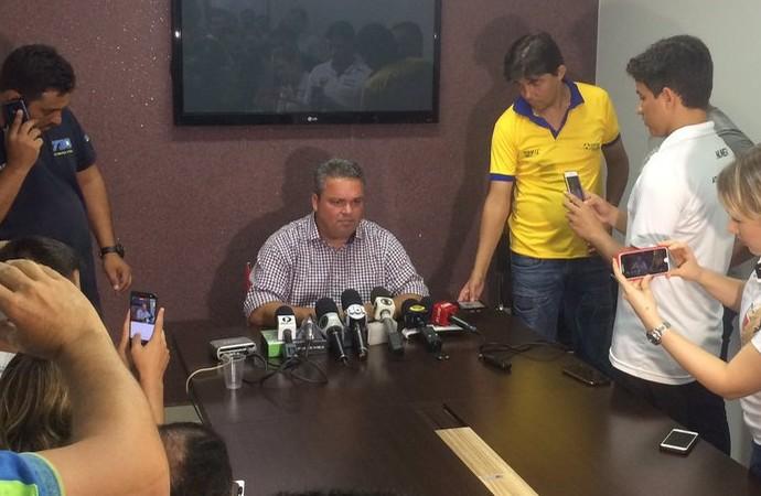 Adson Batista anuncia permanência de Marcelo Cabo (Foto: Fernando Vasconcelos/GloboEsporte.com)