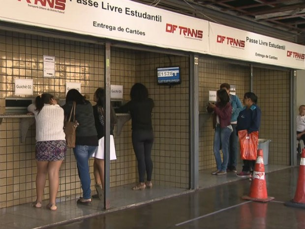 Posto do DFTrans na rodoviária do Plano Piloto teve baixa dos estudantes para retirar o cartão do Passe Livre (Foto: TV Globo/Reprodução)