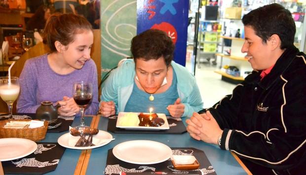 A atriz assopra as velinhas (Foto: Webert Belicio / Ag News )