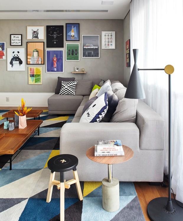 Living. O sofá da Dpot veio da casa da irmã da moradora – apenas ganhou novo revestimento com tecido da JRJ. Composição de quadros da Urban Arts, luminária da Lumini, mesa lateral da Estar Móveis, tapete da Punto e Filo (Foto: Victor Affaro / Editora Globo)