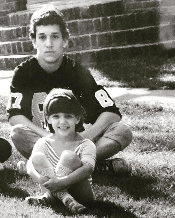 Katie Holmes em uma foto antiga de sua infância (Foto: Instagram)