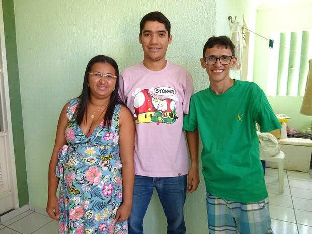 Priscila, Douglas e Edilson moram juntos  (Foto: Fernanda Zauli/G1)