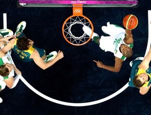 Leandrinho na partida de basquete do Brasil contra a Austrália (Foto: Reuters)
