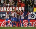 Atlético supera expulsão, bate Málaga e se mantém na briga pela liderança
