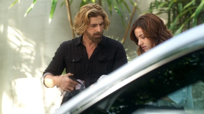 Pedro e Analu só encontram roupas para doação no carro de Mág (Foto: TV Globo)