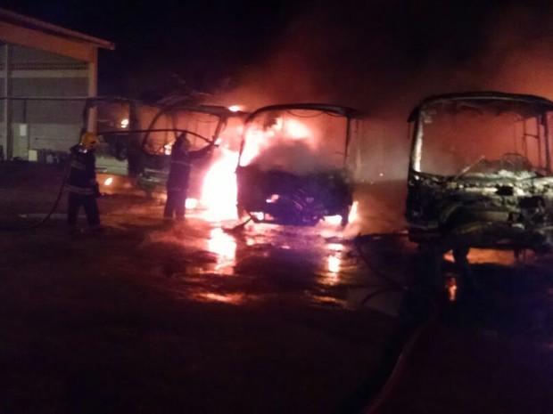 Cinco ônibus foram incendiado em Tijucas na madrugada desta terça (30) (Foto: Luiz Jr/VipSocial)