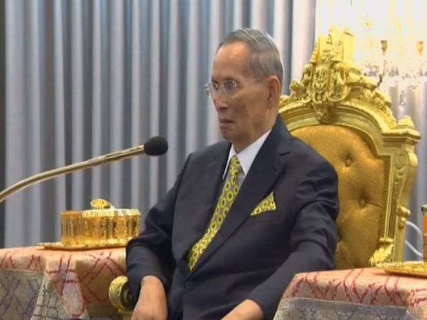 O rei da Tailândia, Bhumibol Adulyadej, participa de cerimônia em Bangcoc, na segunda (14) (Foto: Reuters/Thai TV Pool)