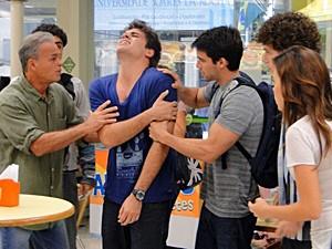 Betão desloca o ombro novamente no posto (Foto: Malhação / TV Globo)