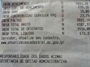 Extrato mostra descontos feitos no salário da professora (Foto: Reprodução Facenook)