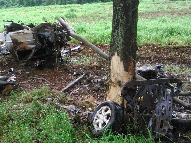 Carro, com placas de Assis Chateaubriand, ficou destruído (Foto: PRE/ Divulgação)