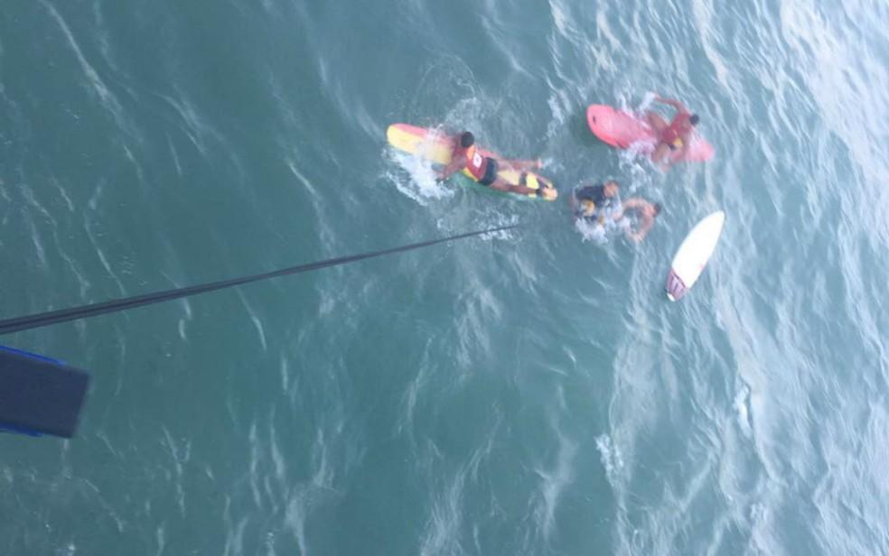Resgate do surfista ocorreu na tarde desta terça-feira (Foto: Divulgação/Polícia Militar)