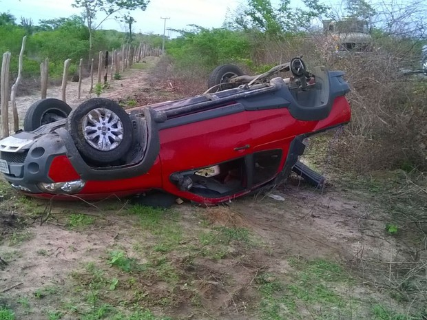 Carro onde família estava capotou e saiu da pista (Foto: Onesmo Cruz/Site Augusto Urgente)