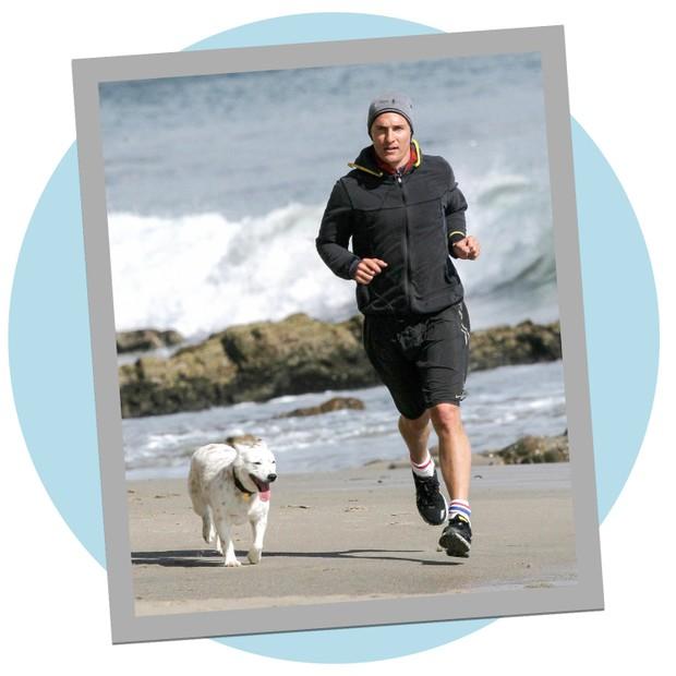 Matthew McConaughey corre com seu cachorro em Malibu, na Califórnia (Foto: Reprodução)