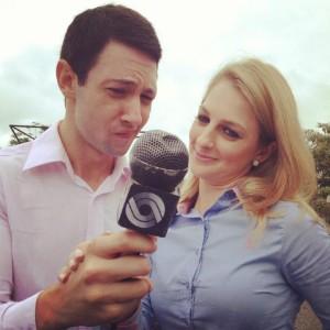 Repórteres trabalham com microfone antigo (Foto: Gito Rossi/RBS TV)