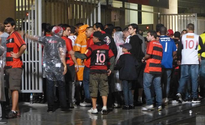 Revista de torcedores prejudicada pela aglomeração (Foto: Vicente Seda)