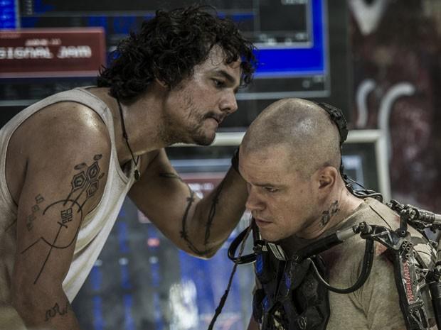 Wagner Moura contracena com Matt Damon em 'Elysium' (Foto: Divulgação)