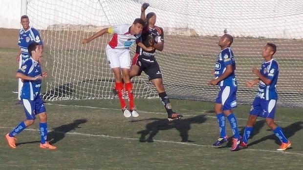 Disputa de bola em jogo entre Ituano e Barueri cria sombra de cachorro (Foto: Moura Nápoli / Blog Momento do Esporte)