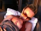 No Twitter, Eliana posta foto com o filho e comemora 6 meses do menino