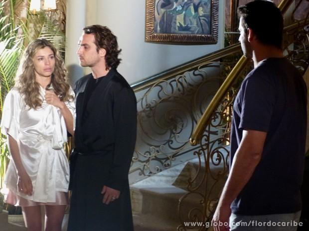 Cassiano estranha a atitude de Ester ao chegar para dar notícias de Samuca (Foto: Flor do Caribe / TV Globo)