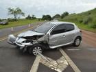 Carro roda na pista, bate frontalmente em outros dois e deixa três feridos