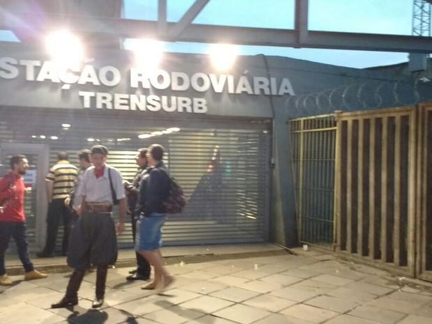 Usuários aguardam pelo início das operações no Trensurb (Foto: Paulo Ledur/RBS TV)
