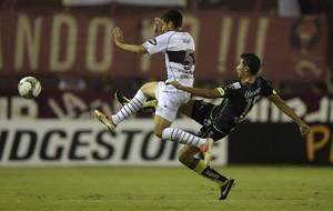 Diego Gonzalez do Lanus e Sergio Ceballos do Santos Laguna (Foto: AFP)
