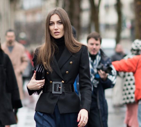 Cintura marcada faz sucesso nas ruas de Paris (Foto: Joanna Totolici)