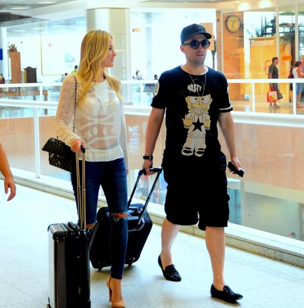 Fiorella Mattheis no aeroporto Santos Dumont, no Rio (Foto: William Oda/AGnews)