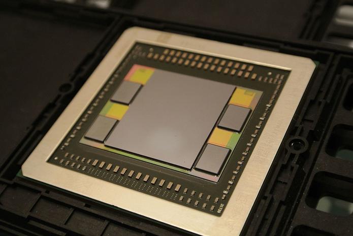 Imagem mostra uma GPU da AMD rodeada por quatro módulos de memória HBM de primeira geração (Foto: Domínio Público)