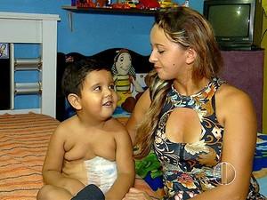 Gleise Ferreira, mãe de Ithalo Cabriel, disse que o menino tem cada vez mais dificuldades para andar. (Foto: Reprodução/Inter TV Cabugi)
