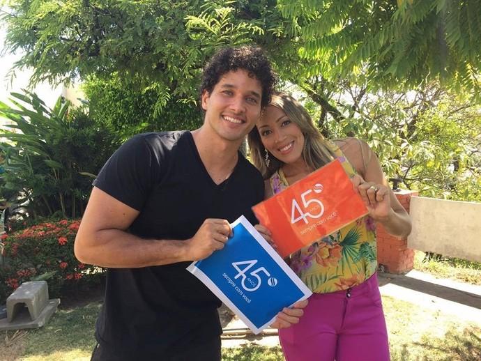 Os repórteres Brucce Cabral e Fernanda Pinheiro comemoram os 45 anos da emissora (Foto: TV Sergipe)