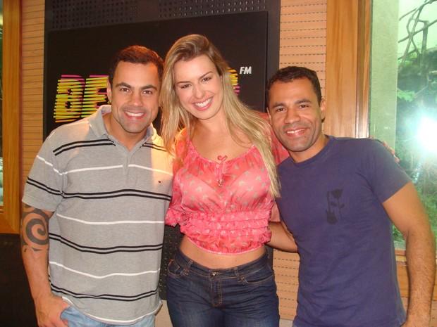 Ex-BBB Fernanda participa de programa de rádio com Tino Jr e Rodrigo Sant'Anna (Foto: Divulgação)
