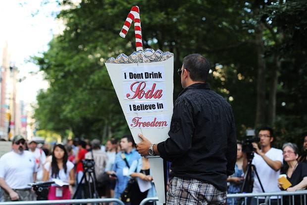 Manifestante carrega cartaz que defende a 'liberdade' de poder tomar refrigerante (Foto: Spencer Platt / Getty Images / AFP )