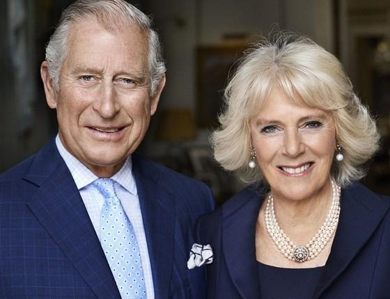 O casal na foto oficial de 70 anos da Duquesa de Cornwall, divulgada nesta segunda-feira (17) (Foto: Mario Testino)