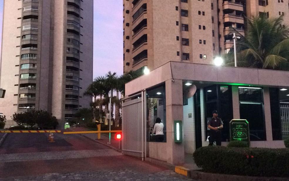 Agentes da PF chegaram por volta das 5h30 ao Condomínio Golden Green, na Barra da Tijuca (Foto: Paulo Mário Martins / TV Globo)