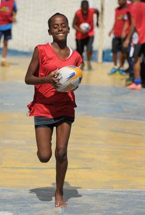 Jovens do ECE-Rio de Janeiro praticam rugby (Foto: Divulgação/Estevam Avellar)
