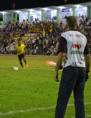 Júlio César chuta forte para tentar o cruzamento e zaga desvia  (Foto: Emanuele Madeira/GloboEsporte.com)